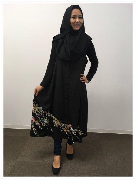 日本の最高級の美!!着物ムスリムファッション、日本らしい桜の文様が施された黒留袖ロングカーディガン。本物の着物から再生された黒留袖ロングカーディガンはお土産に最適です。