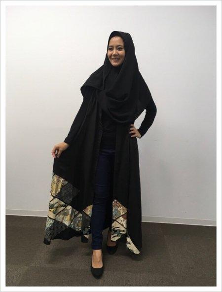 日本の最高級の美!!着物ムスリムファッション。雅な長寿のシンボル菊の文様が施された黒留袖ロングカーディガン。本物の着物から再生された黒留袖ロングカーディガンはお土産に最適です。