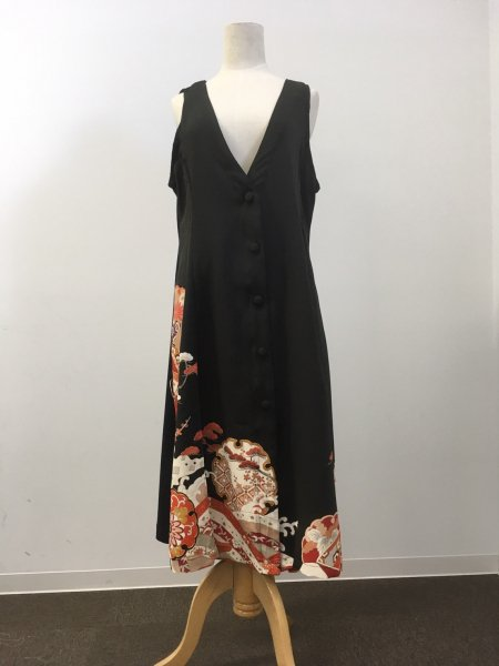 【NEW】日本の最高級の美!!着物ムスリムファッション。長寿のシンボル松の文様が施された黒留袖ロングカーディガン。本物の着物から再生された黒留袖ロングカーディガンはお土産に最適です。
