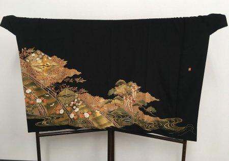 【プレオーダー品】【外国人に喜ばれるお土産】着物選びからこだわりたい貴方へ。貴方だけの特別な逸品をお仕立てします。雅な長寿のシンボル菊と松の文様が施された着物です。