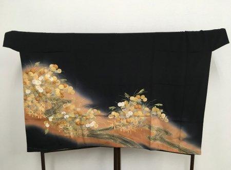 【プレオーダー品】【外国人に喜ばれるお土産】着物選びからこだわりたい貴方へ。貴方だけの特別な逸品をお仕立てします。雅な長寿のシンボル菊の文様が施された着物です。