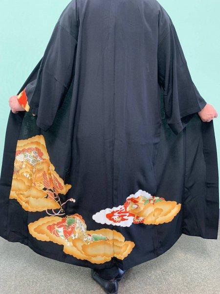 【世界に一枚しかない逸品】【外国人に喜ばれるお土産】雅な長寿のシンボル菊の文様が施された着物アバヤ。着物をアウター感覚で気軽に着こなすことができる着物アバヤは海外の特別な方へのお土産に最適です。