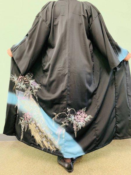 【世界に一枚しかない逸品】【外国人に喜ばれるお土産】美しい女性の象徴牡丹の文様が施された着物アバヤ。着物をアウター感覚で気軽に着こなすことができる着物アバヤは海外の特別な方へのお土産に最適です。