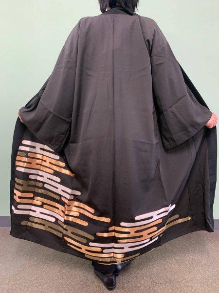 【世界に一枚しかない逸品】【外国人に喜ばれるお土産】春を象徴するエ霞の文様が施された着物アバヤ。アウター感覚で気軽に着こなすことができる着物アバヤは海外の特別な方へのお土産に最適です。