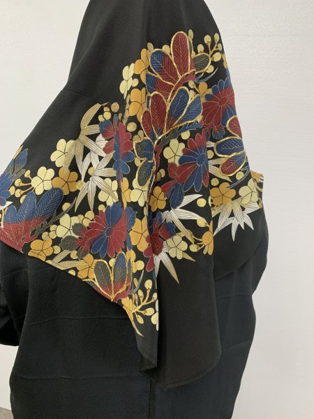 【新作正方形ヒジャブ】【世界に一枚しかない限定品】イスラム教徒へのお土産に悩まれている方へ。長寿のシンボルの松の文様が施された着物ヒジャブ。本物の着物から再生された着物ヒジャブはお土産に最適です。