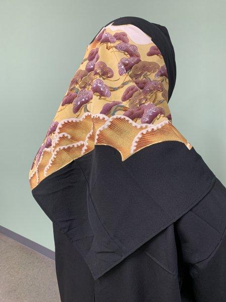 【新作正方形ヒジャブ】【世界に一枚しかない限定品】イスラム教徒へのお土産に悩まれている方へ。長寿のシンボル松の文様が施された着物ヒジャブ。本物の着物から再生された着物ヒジャブはお土産に最適です。
