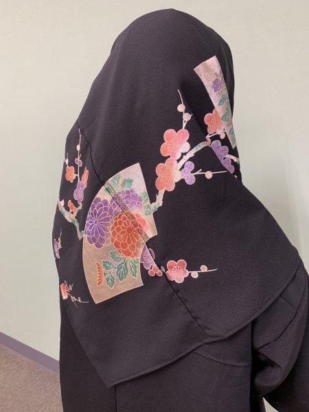 【新作正方形ヒジャブ】【世界に一枚しかない限定品】イスラム教徒へのお土産に悩まれている方へ。縁起の良い梅の文様が施された着物ヒジャブ。本物の着物から再生された着物ヒジャブはお土産に最適です。