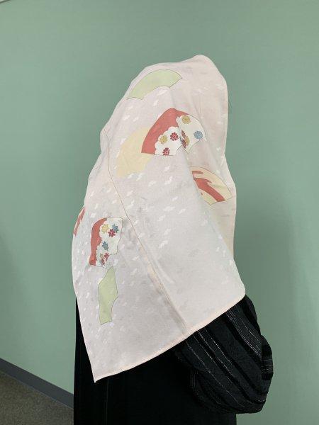 【世界に一枚しかない限定品】イスラム教徒へのお土産に悩まれている方へ。限りなく広がる幸せを願う扇の文様が施された着物ヒジャブ。本物の着物から再生された着物ヒジャブはお土産に最適です。