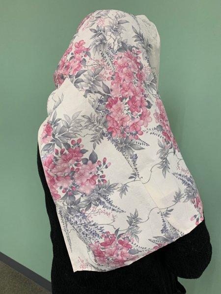 【世界に一枚しかない限定品】イスラム教徒へのお土産に悩まれている方へ。五穀豊穣の桜の文様が施された着物ヒジャブ。本物の着物から再生された着物ヒジャブはお土産に最適です。