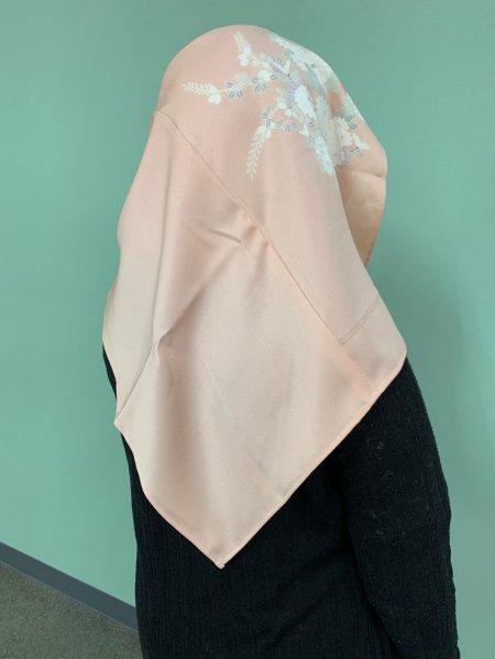 売り切れ【世界に一枚しかない限定品】イスラム教徒へのお土産に悩まれている方へ。高貴な象徴の菊の文様が施された着物ヒジャブ。本物の着物から再生された着物ヒジャブはお土産に最適です。