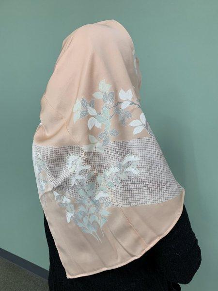 売り切れ【新作】【世界に一枚しかない限定品】イスラム教徒へのお土産に悩まれている方へ。高貴な象徴の菊の文様が施された着物ヒジャブ。本物の着物から再生された着物ヒジャブはお土産に最適です。