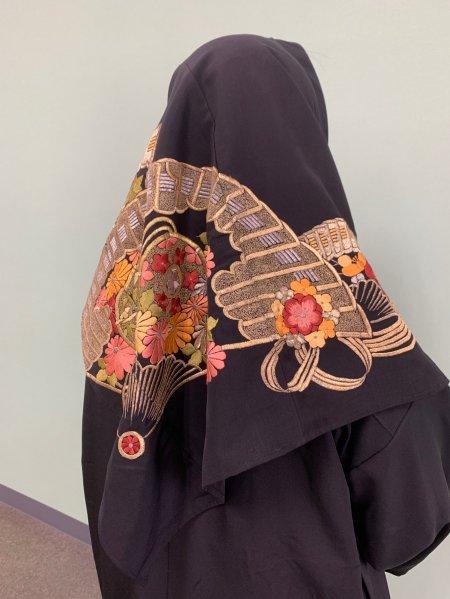 【新作正方形ヒジャブ】【世界に一枚しかない限定品】イスラム教徒へのお土産に悩まれている方へ。高貴な菊の文様が施された着物ヒジャブ。本物の着物から再生された着物ヒジャブはお土産に最適です。