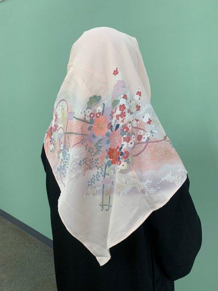 【新作】【世界に一枚しかない限定品】イスラム教徒へのお土産に悩まれている方へ。高貴や富貴の象徴の牡丹の文様が施された着物ヒジャブ。本物の着物から再生された着物ヒジャブはお土産に最適です。
