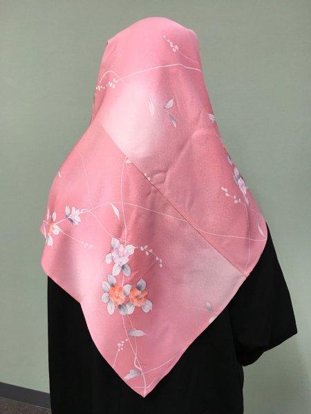 【新作】【世界に一枚しかない限定品】イスラム教徒へのお土産に悩まれている方へ。不老不死の椿の文様が施された着物ヒジャブ。本物の着物から再生された着物ヒジャブはお土産に最適です。