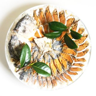 冠婚葬祭やお供え物用にもご利用可能な琵琶湖産の天然子持ち鮒寿司 皿盛り(陶器付き)