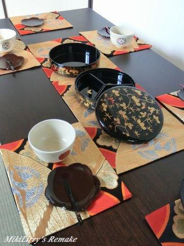 帯リメイク✿黒地に蝶や花菱がはいった七宝文様のテーブルセンターとランチマット5枚セット