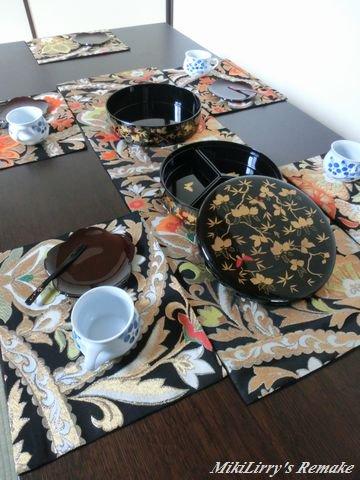 帯リメイク✿黒地に更紗文様のテーブルセンターとランチマット5枚セット
