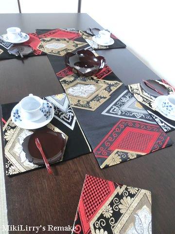 帯リメイク✿黒地に花菱や唐草文様がはいったテーブルセンターとランチマット4枚のセット