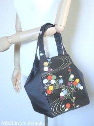 帯リメイク✿黒地の名古屋帯に花柄がはいった縦ファスナーバッグ