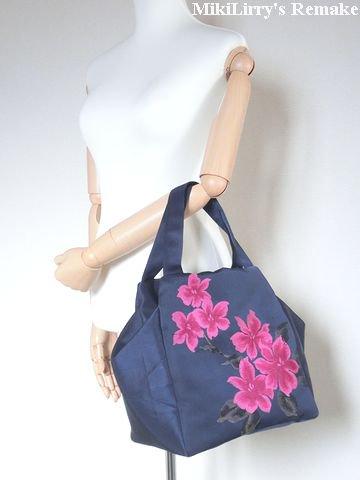 帯リメイク✿紺色の名古屋帯にピンク色の百合がはいった縦ファスナーバッグ