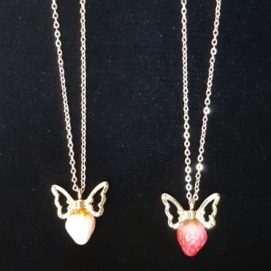 小さなリボン苺ペンダント Tinyberry with ribbon pendant