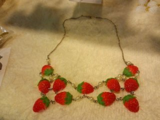 襟型いちごネックレス Collar type strawberry necklace