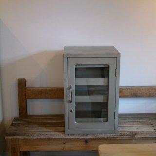 スチール製のガラス戸付き三段キャビネット