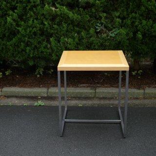 鉄足と木製天板の四角いテーブル