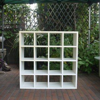 白い木製の枡目棚