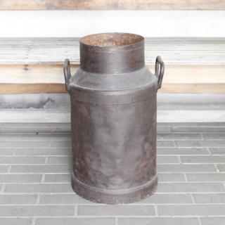 牧場の鉄製ミルク缶