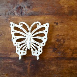 白い蝶の形のアイアン製鍋敷き