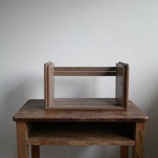 古い木製の伸縮式本棚