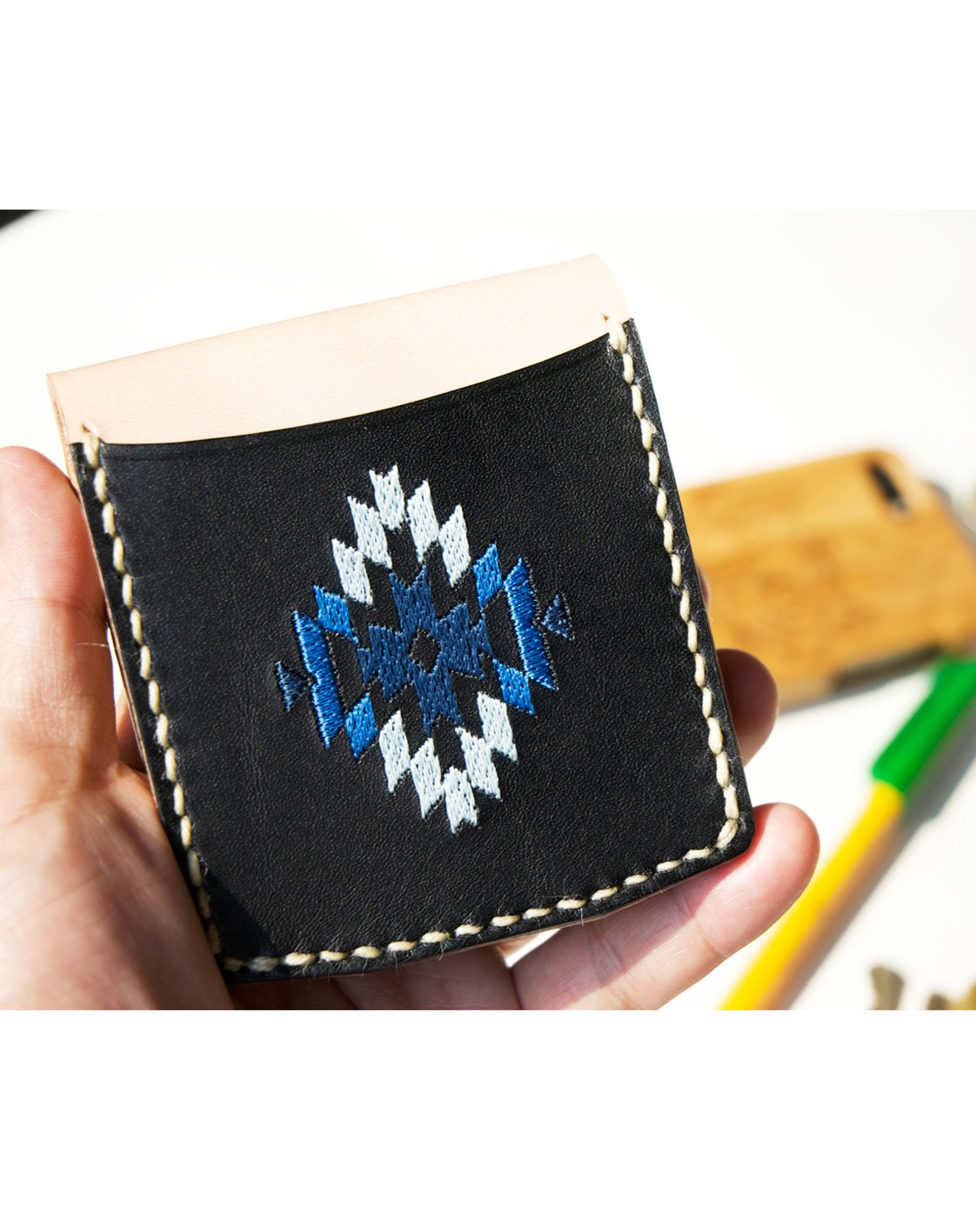 <img class='new_mark_img1' src='https://img.shop-pro.jp/img/new/icons50.gif' style='border:none;display:inline;margin:0px;padding:0px;width:auto;' />ミニマル 刺繍ウォレットBLACKxNATURAL / IVORYステッチ