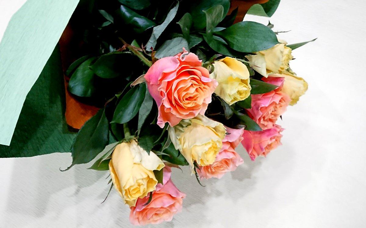 ビタミンカラーのバラの花束