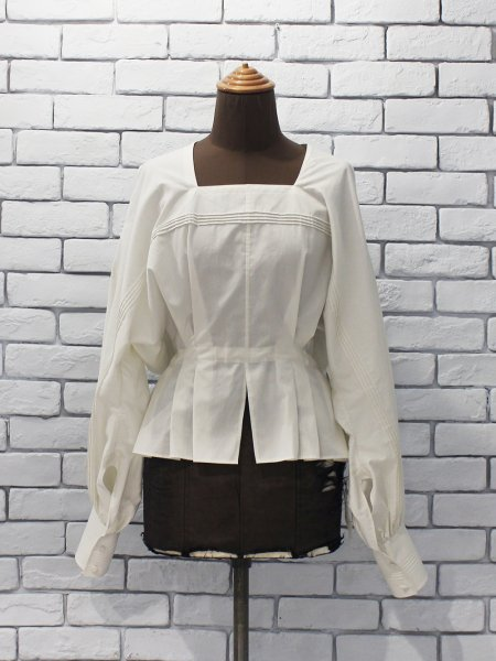 """<img class='new_mark_img1' src='https://img.shop-pro.jp/img/new/icons8.gif' style='border:none;display:inline;margin:0px;padding:0px;width:auto;' />JUN MIKAMI """" almo broad square neck blouse """""""