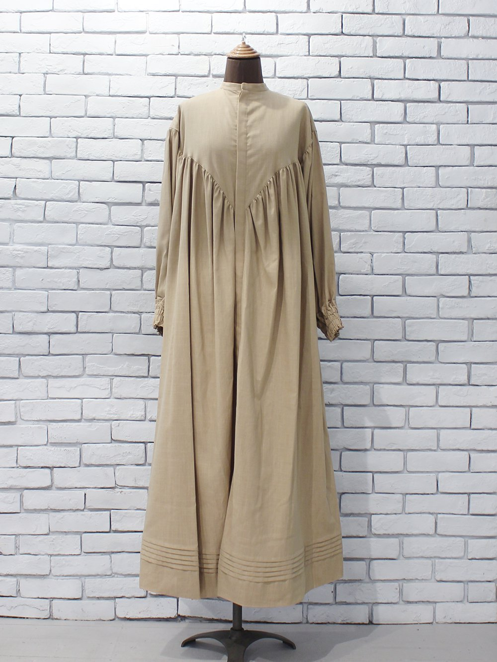 """<img class='new_mark_img1' src='https://img.shop-pro.jp/img/new/icons8.gif' style='border:none;display:inline;margin:0px;padding:0px;width:auto;' />WRYHT """" Pleated Night Dress (dune) """""""