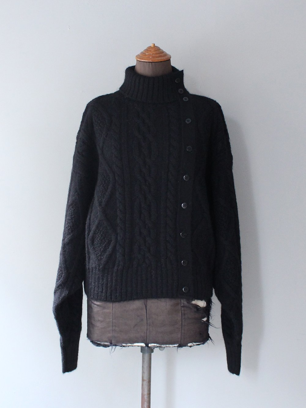 """<img class='new_mark_img1' src='https://img.shop-pro.jp/img/new/icons8.gif' style='border:none;display:inline;margin:0px;padding:0px;width:auto;' />WRYHT """" FISHERMAN BUTTONED SWEATER (BLACK) """""""