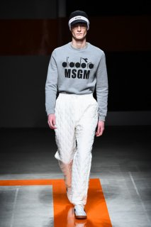 <img class='new_mark_img1' src='//img.shop-pro.jp/img/new/icons16.gif' style='border:none;display:inline;margin:0px;padding:0px;width:auto;' />MSGM diadora MENS LOGO SWEAT エムエスジーエム  ディアドラ ロゴ スウェット