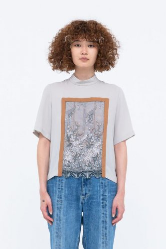 <img class='new_mark_img1' src='https://img.shop-pro.jp/img/new/icons16.gif' style='border:none;display:inline;margin:0px;padding:0px;width:auto;' />MURRAL FRAMED FLOWER MOCK NECK TOP ミューラル フレームド フラワー モックネック トップ