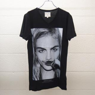 <img class='new_mark_img1' src='//img.shop-pro.jp/img/new/icons16.gif' style='border:none;display:inline;margin:0px;padding:0px;width:auto;' />ELEVEN PARIS MENS T-shirt Cara Delevingne イレブン・パリ カーラ・デルヴィーニュ Tシャツ