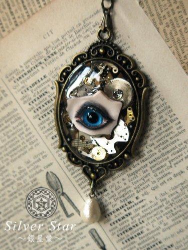 「目のネックレス」