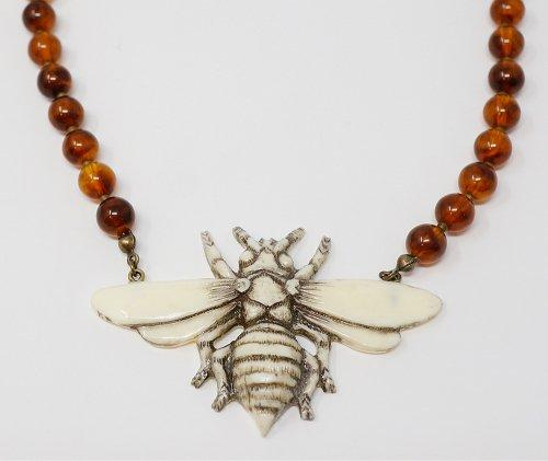 スズメバチのネックレス