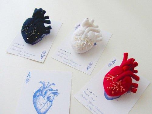 「ビーズ刺繍の心臓ブローチ」ヒロタリョウコ