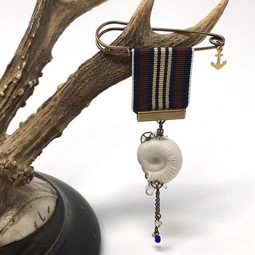 アンモナイトの勲章ブローチ