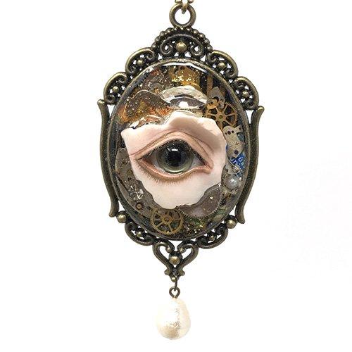目のネックレス