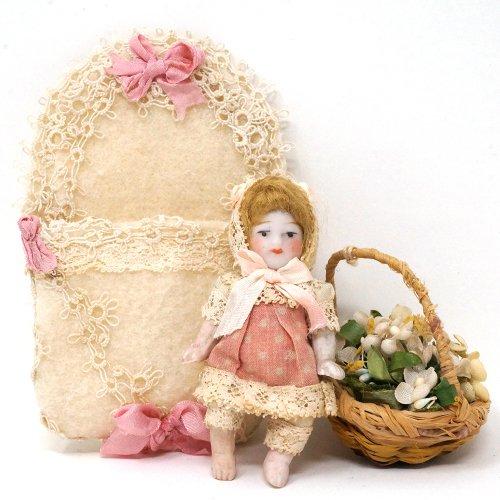 ピンクの女の子 ビスクドール(ケース付き)