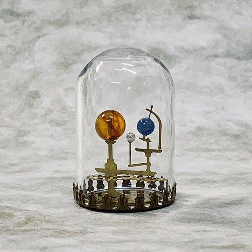 太陽系儀(Orrery/オーラリー)三球儀/琥珀版 ガラスドーム完成品/ものづくりの部屋