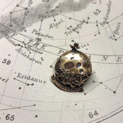 cocoon/スミレの惑星ピンブローチ