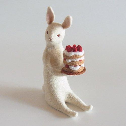 ケーキを運ぶうさぎ「三段ケーキうさぎ」/ヒロタリョウコ