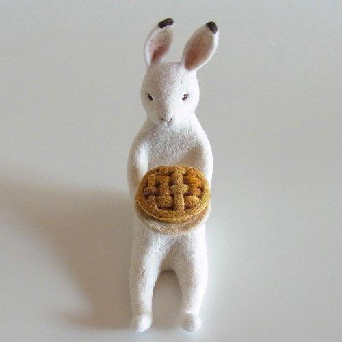 ケーキを運ぶうさぎ「パイうさぎ」/ヒロタリョウコ